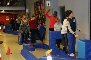 Här försöker elever från flera olika grundskolor i Gävle att ta sig genom de olika hindren.