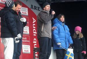 """Patrik Jämteborn (mitten) var värd för nationaldagsfirandet och bjöd på frågesport med, från vänster Jenny Eidolf och Lars Börje """"Bulan"""" Eriksson och Kristina Andersson med dotter (till höger).  Foto: Elisabet Rydell-Janson"""