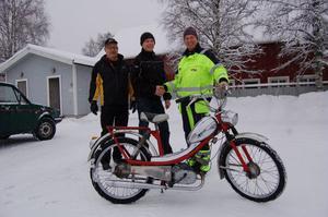 Peter Karlsson, längst till vänster vann mopeden i årets mopedlotteri. Rovswaiders Leif Larsson, längst till vänster, och Kalle Grund överlämnade den på måndagen.