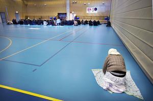 Idrottshallen i Råby centrum är nu plats förförsamlingens fredagsbön. Kvinnorna, som annars håller till i eget rum, får be bakom männen. Men få kommer.