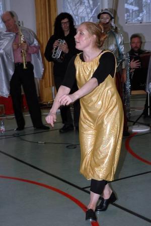 DANSANT. Danslärare Johanna Molund visade sina konster. Det gick an innan en kollega blev avundsjuk och på clownmanér sopade bort henne med kvasten.