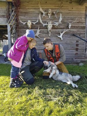 Ida Eriksson, dottern Nikki och Per Sandberg tar farväl av hunden Ivrig. (Arkivbild. Foto: Privat)