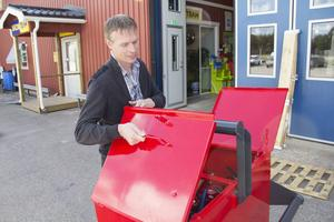 Tomas Kolmodin demonstrerar brandboxen som Samsons har tagit fram. Foto: Arkiv/Alexander Jacobsson