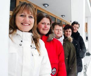 Sju mammor har startat FML, föreningen mot langning av alkohol och droger i Strömsund. Här fem av dessa, från vänster Monica Engström, Mia Harrysson, Inger Tåqvist, Katarina Olofsson och Åse Ehnberg. Saknas gör Maud Olofsson och Malin Olofsson.