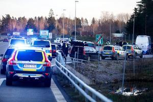 Bilden visar när polisen slog till mot ett tiotal personbilar på E18 förra året när flera personer inom Bandidos-sfären var på väg till Örebro.