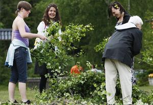 Även på Skytesvallen firades midsommarafton. Här hjälps de åt att göra lövbuketter att fästa på midsommarstången.