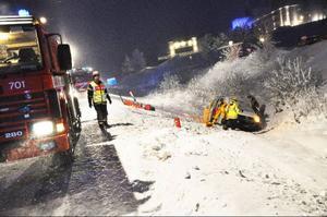 Enligt schweiziska skidförbundet vet man fortfarande inte exakt vad som orsakade onsdagens våldsamma olycka där en minibuss med fyra av deras tränare kolliderade med en långtradare i Björnänge.