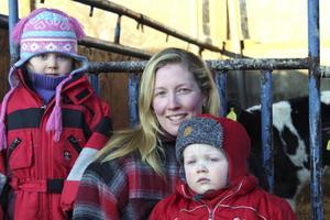 Marlene Andersson med barnen Alicia och Angus hos kalvarna på gården i Östra Ekeby.