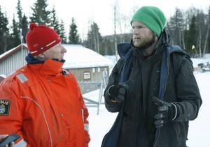 Ulf Wedin, polis i Funäsdalen, pratar med pistören Jon Långström som var med och tog hand om den skadade pojken.