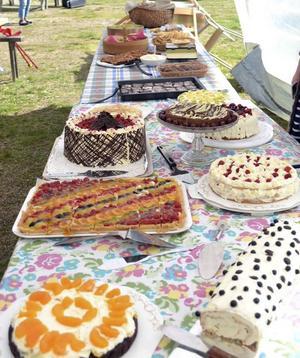 Välfyllt på borden vid den årliga Tårt- och kakbuffédagen i Huskölen