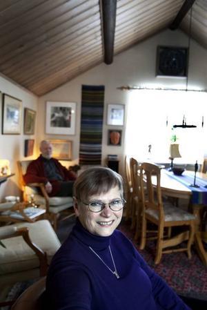 """""""Man kommunicerar väldigt bra över hem och boenden"""", säger Birgitta Bohlund i Gamla Gefle.Ibland bjuder hon och maken Lars in människor som går förbi."""