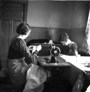 Klädsömnad på trampsymaskin, 1930-tal i Ed, Färila, påå bilden är det kanske är mor och dotter som arbetar tillsammans.