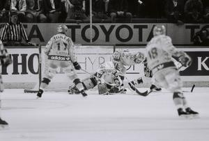 Forcering - Djurgården försökte men stoppades av Hardy Åström.