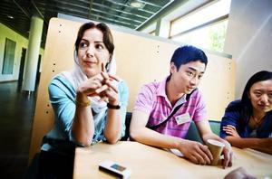 Maryam Kordi från Iran samt Xin He och Nan Sheng från Kina, är några av de doktorander som tillsammans med forskare fått delta vid tvådagarsseminariet vid Högskolan i Gävle.– Det är en möjlighet att träffa nya och erfarna människor med samma intresse. Det betyder mycket för kunskapen och vårt arbete, säger Maryam Kordi.