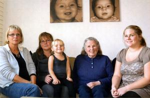 När Moa fyllde tre år den 24 oktober uppvaktades hon av både mamma Malin, mormor Ann, mormors mor Karin och mormors mormor Sylvia. Naturligtvis passade någon påpassligt på att föreviga det hela på ett foto. Från vänster är det Karin Törsfeldt, Ann Eriksson med Moa Eriksson i knäet, Sylvia Nilsson och Malin Eriksson. Alla fem är hemmahörande i Falu kommun.