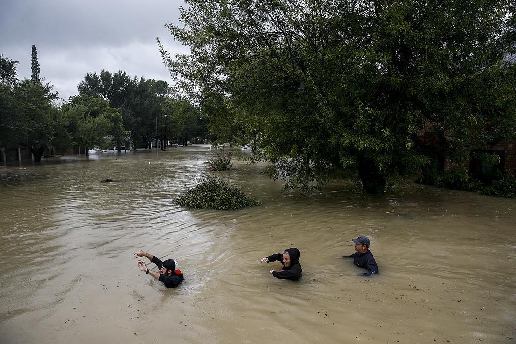 300 personer tros drunknade