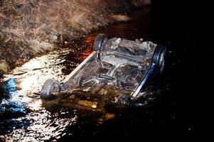 Bilen blev liggande på taket i cirka en meter djupt vatten.