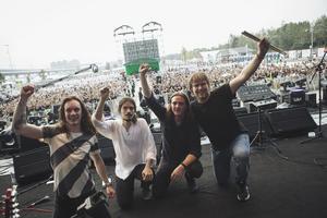 Greybeards från Gävle live i Kina: Olle Westlund, sång och gitarr, Simon Mojtahedi, bas, Ingemar Mårtensson, gitarr och Niklas Nironen, trummor.
