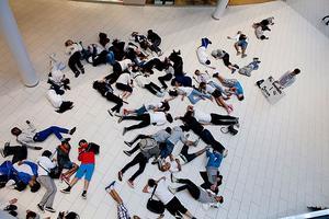 För världens barn. Över 70 elever från Nybyggeskolan visade sitt stöd för de dödade barnen i Syrien genom att lägga sig på golvet i Erikslunds shoppingcenter.