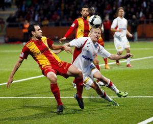 Fredrik Samuelsson har själv ett förflutet som spelare i Assyriska. Här i närkamp med Syrianskas Christos Christoforidis.