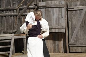 Kärleksparet Anna och Erik får sin kärlek hårt prövad.