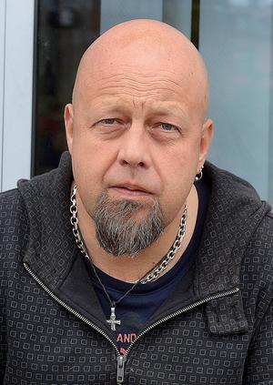 Bengt Persson, Handledare på Slink In, Sundsvall:      – Kan du lova att ni sänker bussbiljettpriserna dels på enkelbiljett samt periodkort?