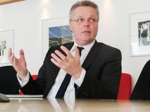Första dagen på nya jobbet slog landshövding Jöran Hägglund fast att all kraft måste läggas på att näringslivet ska växa om vi ska bli fler.