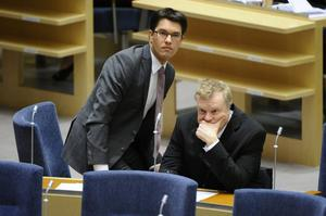 Jimmie Åkesson tar sin hand från Lars Isovaara, som får lämna riksdagen. Isovaaras agerande avslöjar SD:s rätta ansikte. Att införa nolltolerans mot rasism är en hopplös uppgift.