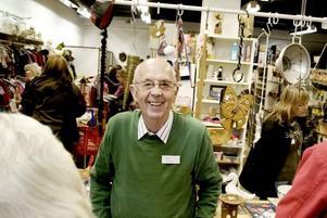 82-åriga Einar Persson är en av de ideellt arbetande på Biståndscenter. Det trevligaste med jobbet är att man träffar så mycket folk, tycker han.
