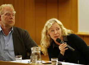 Konstcentrums föreståndare, Anna Livion-Ingvarsson, försvarade verksamheten och gladde sig åt engagemanget för verksamheten. Författaren David Karlsson ledde diskussionen.