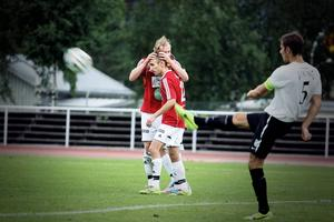 Martin Hedberg klappas om. Den hårt jobbande mittfältaren stod för två mål och berömdes av Adam Mattiasson efter matchen.