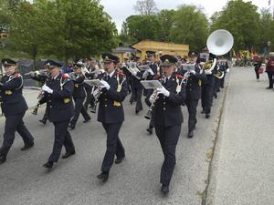 Hemvärnets musikkår från Borlänge fick gå lite före, för att inte konkurrera ut spelmännen.