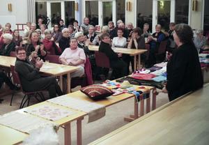 Samlingssalen på församlingshemmet var välfylld när Lilian Hjort hälsade välkommen.