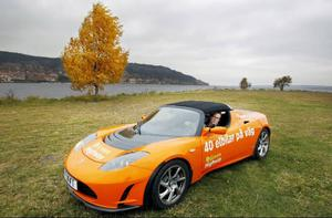 En väldigt sportig elbil är på besök i Östersund. Det är en Tesla roadster sport som körs av Mikael Hagman.