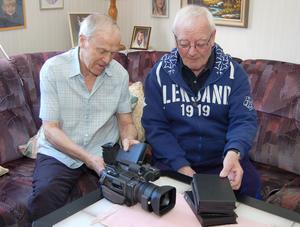 Linnéas Gunnar Eriksson, 86 år, och Nises Per-Erik Persson, 79, diskuterar historia och dokumentation,