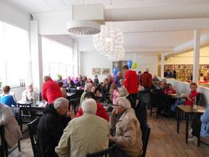 FOTO: PER-ERIK EDEBORGDet tog 80 dagar att renovera E-bingos (Edsbyns tryckeris) gamla lokaler vid Öjungsvägen till ändamålsenliga utrymmen för Erikshjälpen. Den ljusa och luftiga kafeterian fylldes snabbt av besökare.