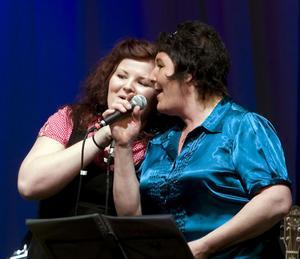 Mor och dotter, Linnea och Ingela Söderlund, sjöng en Chesslåt tillsammans.