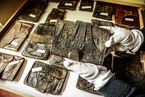 Det kontantlösa samhället, swish och kreditkort. Nej, nej. För hundra år sedan var det rejäla plånböcker som gällde med fack för både brevöppnare, sedlar, viktiga papper och mynt. Och gärna med fina utsmyckningar.