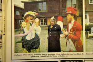 1972. Professorn (Peter Flack) skrämmer slag på grevinnan (Kent Malmström) med en orm. Polisen (Carl-Olof Steen) är vittne till mötet.