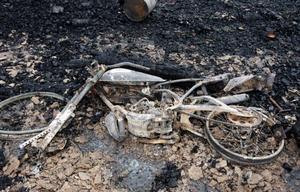 Enligt verkstadens ägare Bertil Johansson var det några ungdomars mekande med en moped som startade branden i Bleckåsen.