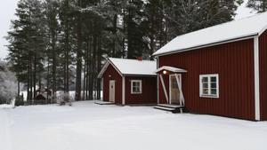 Folkes stuga på Norrbo hembygdsgård med utsikt över den nu isbelagda norra Dellen. Foto: Bodil Nylander.