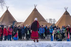 Många slöt upp på Risnäset när Marika Renhuvud invigde årets Lopme Naestie med jojk och tal.