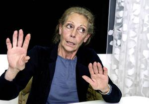 Frågan om Michèle Lindström ska tvingas lämna ifrån sig allt material hon sammanställt om sin makes konst lyftes i tingsrätten.