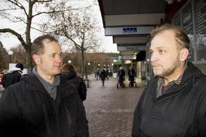 Politikern Magnus Svensson (C) och Anders Persson diskuterar miljö på gågatan.