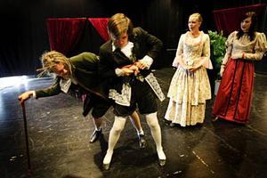 Klassisk dramatik i Svarta Lådan när Kulturskolan spelar Molières komedi Den Girige. Här en dramatisk scen med från vänster Sebastian Mellergård, Robin Jämtgård, Anette Olsson och Cecilia Lindh.