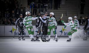VSK:s Stefan Edberg och SAIK:s Linus Forslund i bråk under elitseriens sista omgång.