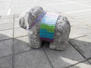 Feta skulpturhunden på Brynäs fick vårvärmande graffiti.   Foto: Bodil Juggas