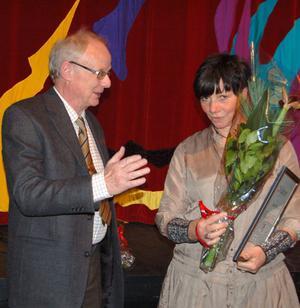 Lisen Vogt tog på måndagskvällen emot Mora kommuns miljöpris. Applåderar på bilden gör kommunfullmäktiges ordförande, Bengt Jernhall.