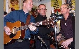 Grassride vann bluegrass-kategorin i Country-SM 2008.Från vänster Håkan Nordgren (gitarr), Ingemar Back (mandolin) och Tommy Backlund (dobro).FOTO: ANNA ENBOM