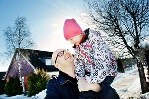 - Jag är väldigt glad över att vara hemma i Örebro igen. Men jag har också den största medkänsla med människorna i Japan och den katastrof de nu lever i, säger Robert Öhlin som är på väg hem från förskolan med 5-åriga dottern Tuva.